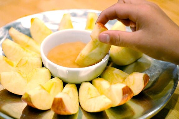 dipping apples in honey rosh hashanah